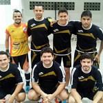 Ex-alunos no jogo de futsal de Professores x Ex-alunos.